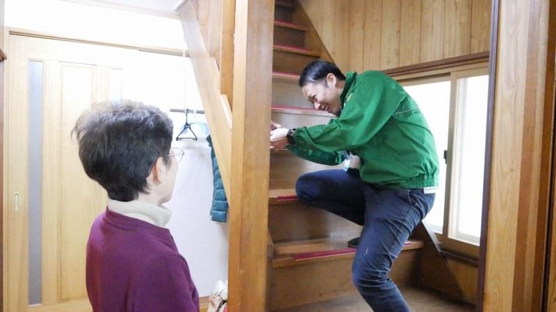 階段の点検中