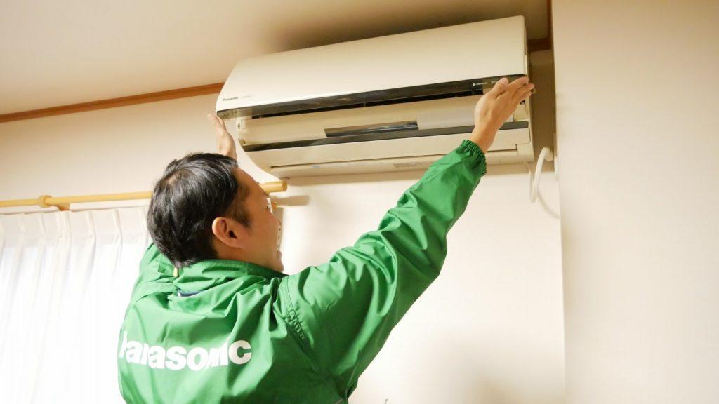 エアコン設置するスタッフ